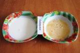 Шаг 6. Взбить венчиком яйцо в глубокой тарелке. Налить в другую тарелку молоко.