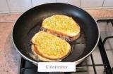 Шаг 8. Обмакнуть одной стороной в яйцо и этой же стороной выложить на сковороду.