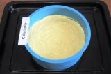 Шаг 6. Влить тесто в глубокую круглую силиконовую форму диаметром 18 см. Разровн