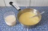 Шаг 6. Добавить молоко, взбить вилкой.