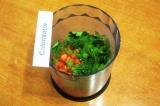 Шаг 4. Сложить в чашу блендера помидоры и зелень.