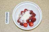 Шаг 1. Клубнику помыть и засыпать половиной сахара.