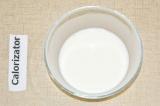 Шаг 2. Крахмал растворить в молоке.