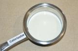 Шаг 3. Молоко с сахаром подогреть на плите.