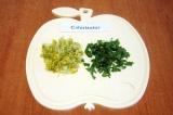 Шаг 1. Листья и лепестки одуванчика помыть и мелко нарезать.