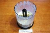 Шаг 6. К напитку добавить мед и грецкие орехи. Еще раз хорошо перемешать.