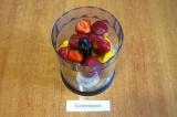 Шаг 4. Соединить подготовленные персики, клубнику и банан в чаше блендера.