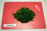 Шаг 6. Мелко нарезать укроп и петрушку, добавить в салат. Смешать растительное