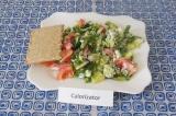 Шаг 6. Подавать салат сразу, в холодильнике не хранить. Можно разломать хлебец