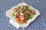 Готовое блюдо: простой салат с черемшой
