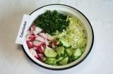 Шаг 3. Нарезать редис и зелёный лук, добавить в салат.