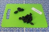 Шаг 4. Чернослив нарезать на половинки. Оставить 3 штучки для украшения.