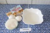 Шаг 2. Добавить яйца, сахар, ванилин и разрыхлитель. Тщательно взбить вилкой.