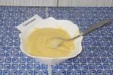 Шаг 3. Добавить растопленное сливочное масло и муку. Перемешать вилкой до образо