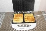 Шаг 6. Переворачивать не нужно - вафельница готовит с двух сторон самостоятельно