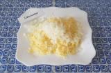 Шаг 3. Нарезать лук мелко, добавить к сыру.
