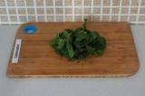 Шаг 2. Порезать листья шпината.