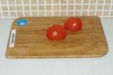 Шаг 3. Порезать кубиками помидор.