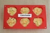 Шаг 6. В формочки для кексов разложить тесто. Отправить кексы в разогретую духов