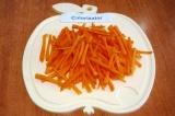 Шаг 2. Очистить и помыть морковь, нарезать ее тонкой длинной соломкой.