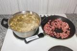 Шаг 5. Жареную колбасу выложить в кастрюлю за 5-10 минут до окончания варки.