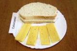 Шаг 1. Нарезать тонкими ломтиками сыр, с ломтиков хлеба срезать корку.