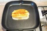Шаг 7. Разогреть сковороду гриль, обжарить на ней бутерброд с двух сторон до зол