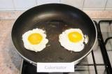Шаг 8. Поджарить на растительном масле отдельно яйца. Разрезать бутерброд попола