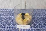 Шаг 1. Нарезать банан (оставить немного для украшения) на кусочки, выложить