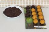 Шаг 7. Растопить шоколад и окунуть каждую конфету в шоколад.
