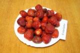 Шаг 1. Тщательно вымыть и перебрать ягоды клубники, удалить плодоножки.