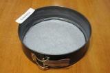 Шаг 2. Разъемную круглую форму диаметром 26 см выстелить бумагой для выпечки