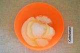 Шаг 3. Творог смешать с сахаром, сметаной и ванильным сахаром.