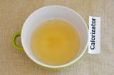 Шаг 5. Желатин развести в стакане горячей воды.