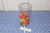 Шаг 1. Нарезать овощи (оставить немного для украшения), выложить в емкость