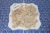 Шаг 3. Готовое куриное филе нарезать на кусочки, можно порвать руками на волокна