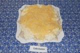 Шаг 6. Последним слоем выложить натертый сыр. Смазывать не нужно. Перед подачей