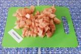 Шаг 1. Нарезать куриное филе на кусочки, выложить в сковородку без масла. Томить