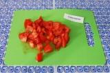 Шаг 3. Добавить нарезанный помидор кубиками. Тушить еще 5 минут под крышкой.