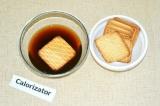Шаг 5. Кофе растворить в горячей воде. Печенье обмакнуть в кофе и выложить
