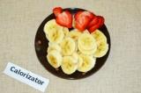 Шаг 6. Клубнику и банан нарезать тонкими кружочками.