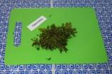 Шаг 1. Нарубить мелко зелень.