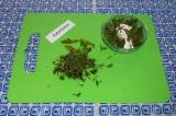Шаг 2. Добавить немного зелени в творог, перемешать. Оставить зелень для подачи.