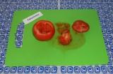Шаг 3. На помидоре отрезать «крышку», вынуть мякоть.