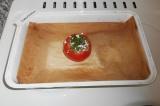 Шаг 5. Выложить творог с зеленью вовнутрь помидора. Закрыть «крышкой» помидора