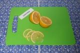 Шаг 1. С одного лимона сразу выдавить сок в банку. Разрезать второй лимон на 2 п