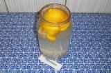 Шаг 3. Можно еще раз разрезать и выложить один лимон в банку. Дать настояться