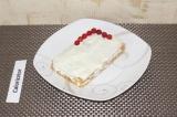 Шаг 6. Украсить красной смородиной пирожное.