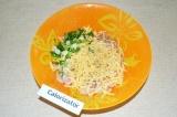 Шаг 3. Зеленый лук измельчить и добавить к ингредиентам.