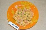Шаг 5. Посолить и добавить итальянские травы. Перемешать ингредиенты. На горяч